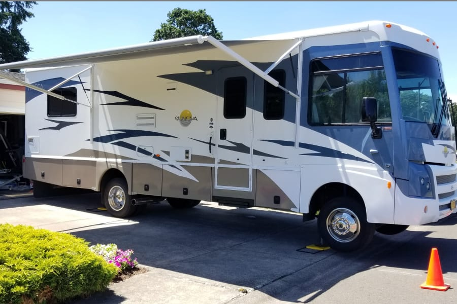 2008 ITASCA SUNOVA 30B, A very rare gem of an RV! Lightly used, meticulously maintained and stored with care. If you want to go camping in one of the most reliable motor homes on the market and look good doing it, this one if for you. It is equipped with sofa dinette, walk around bed, A/C, generator and a lot more.   Just got a brand new electric awning! Press of the button and you have shade!