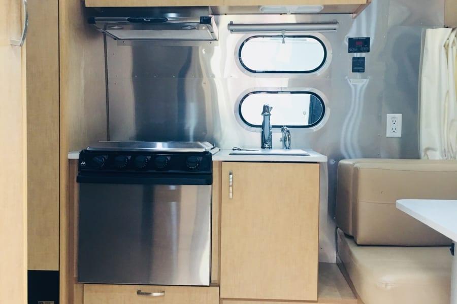 3 burner stovetop and compact oven, comes with basic kitchen setup