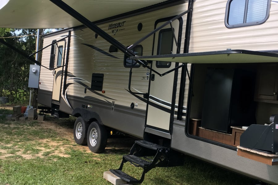 32 ft with 2 slides and nice 2nd fridge and outdoor kitchen