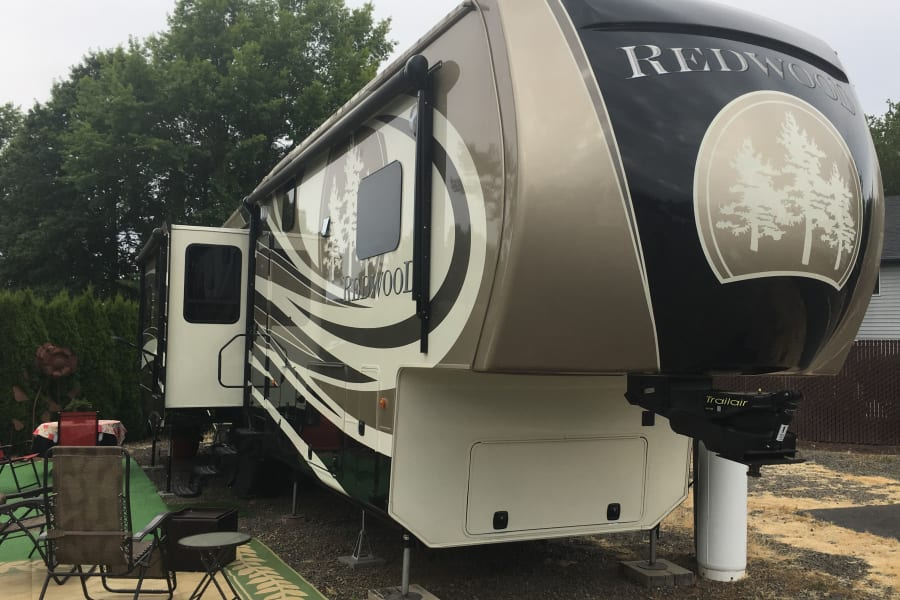 Enjoy outdoor living in style in this 41 foot luxury 5th wheel!