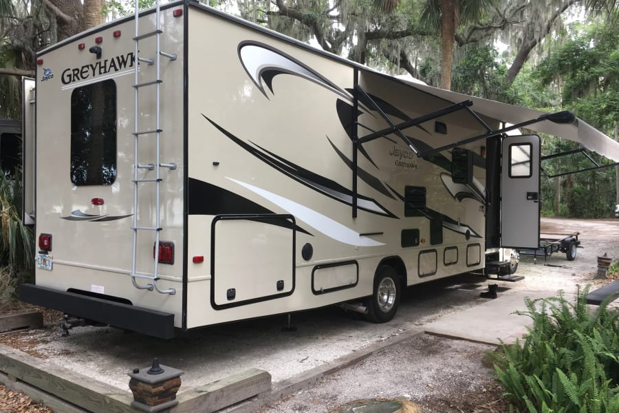 Electric Awning to help with the rain and sun. Full automatic self-leveling system for quick set up and take down so that you can spend more time enjoying what you came to do.