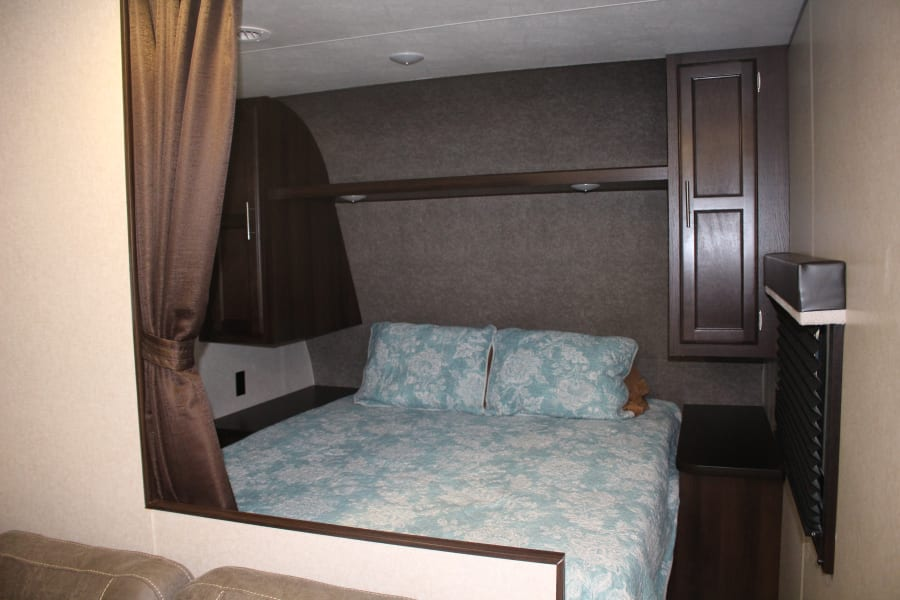 Queen Bed w/privacy curtain