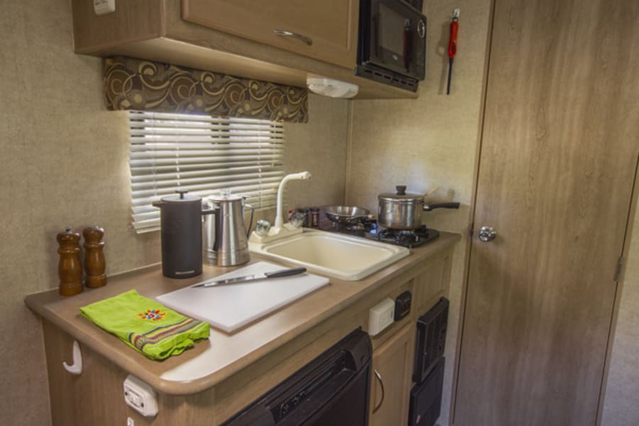 Fridge,microwave, 2-burner stove and toaster give you the ability to whip up a nice breakfast in the comfort of your own 'home'.
