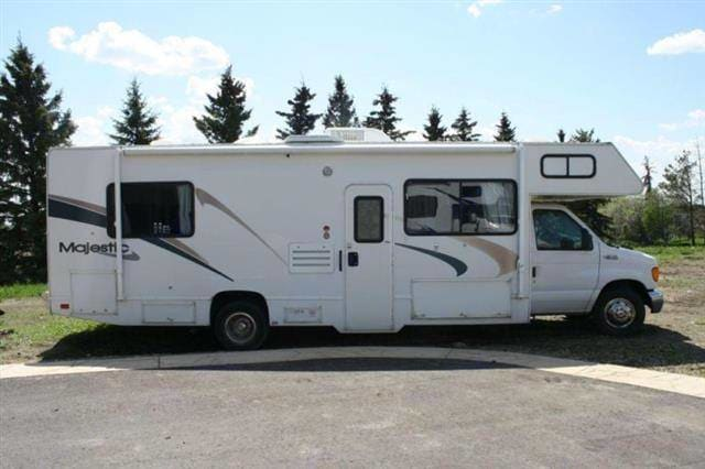 Exterior Passenger Side View. Thor Motor Coach Four Winds Majestic 2002