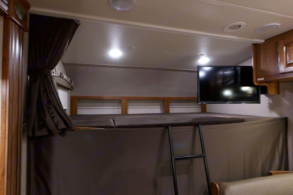 Bed over cab. Jayco Greyhawk 2017