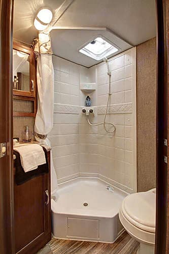 Inside Shower. Keystone Passport 2017