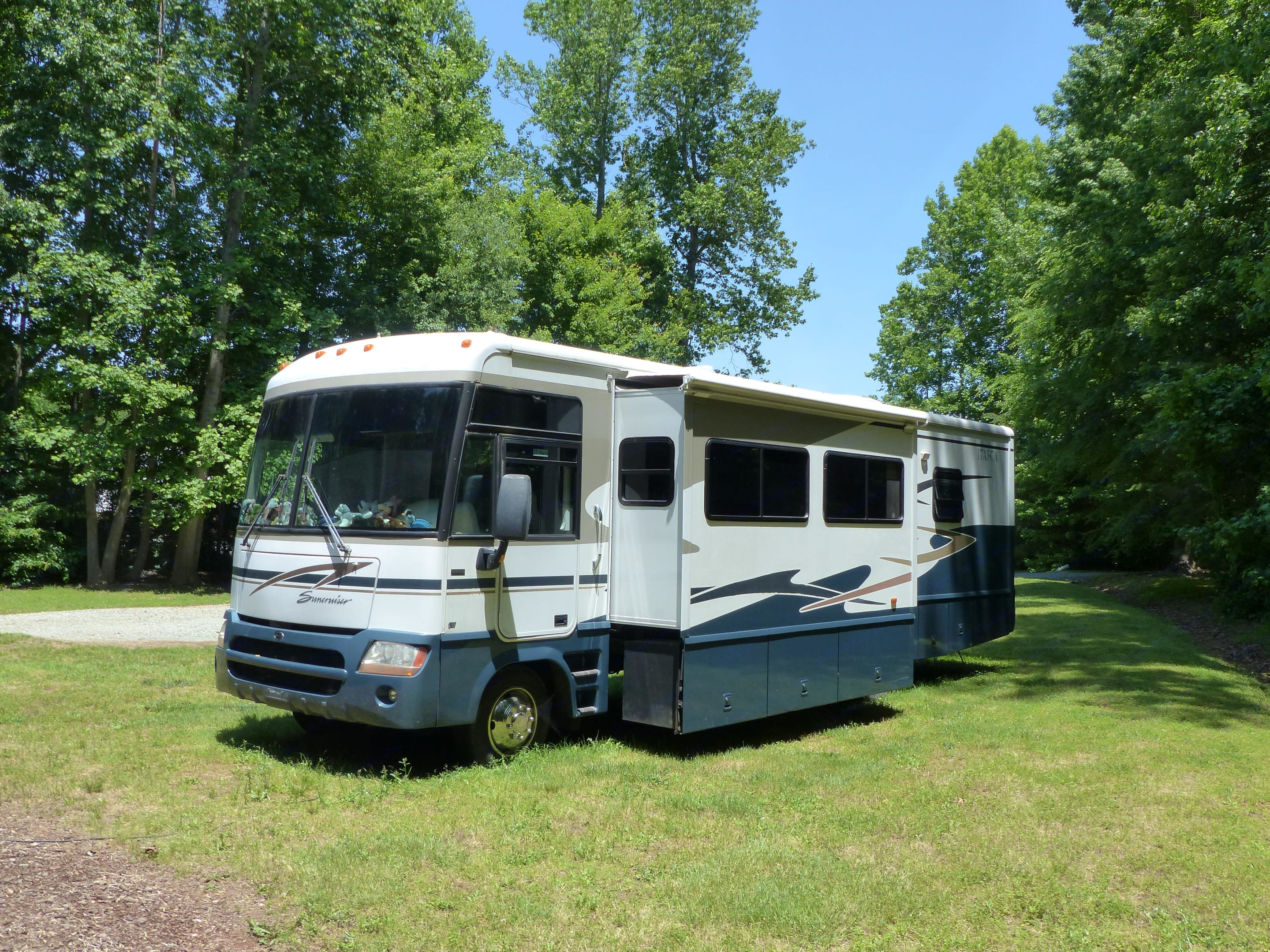 RV with Booth & Living Room slide out.  Outdoor storage is under entire slide .  . Itasca Suncruiser 2004