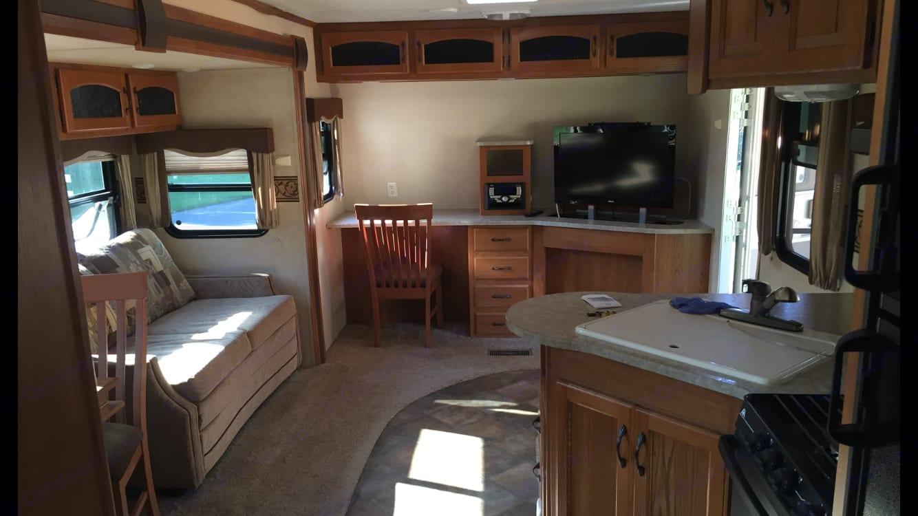 Large living area with tv. Keystone Sprinter 327 FLS 2012