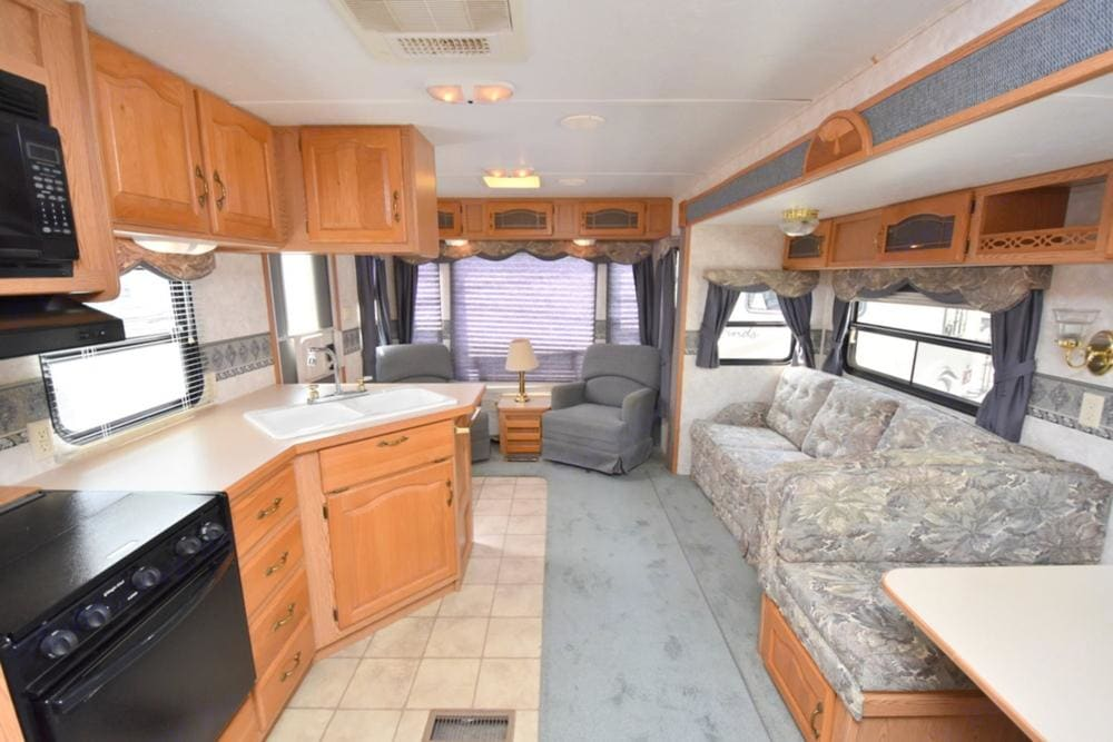 Living Area. Keystone Montana Mountaineer 2004