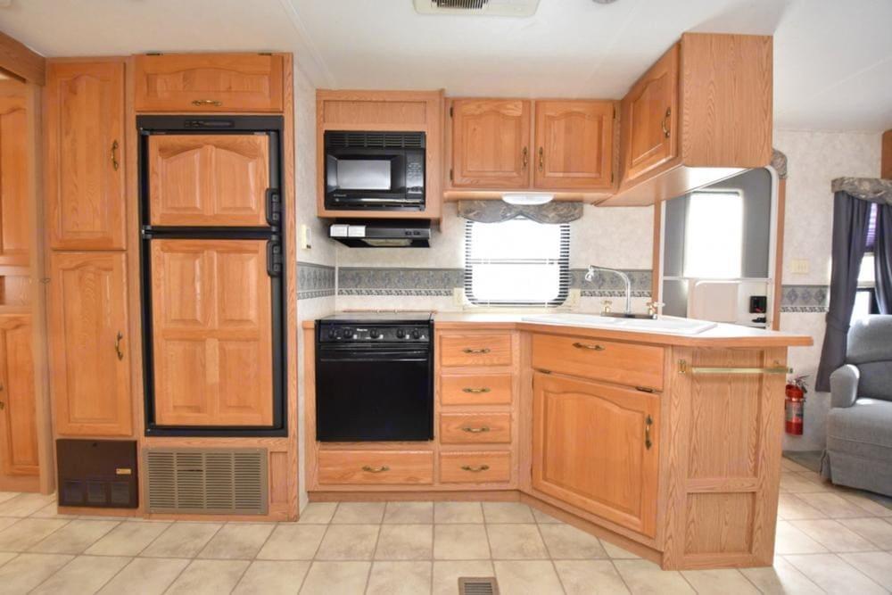 Kitchen. Keystone Montana Mountaineer 2004