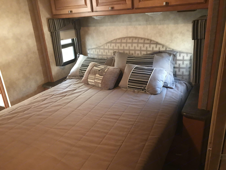 Queen Bed. Winnebago Itasca Sunstar35B 2013