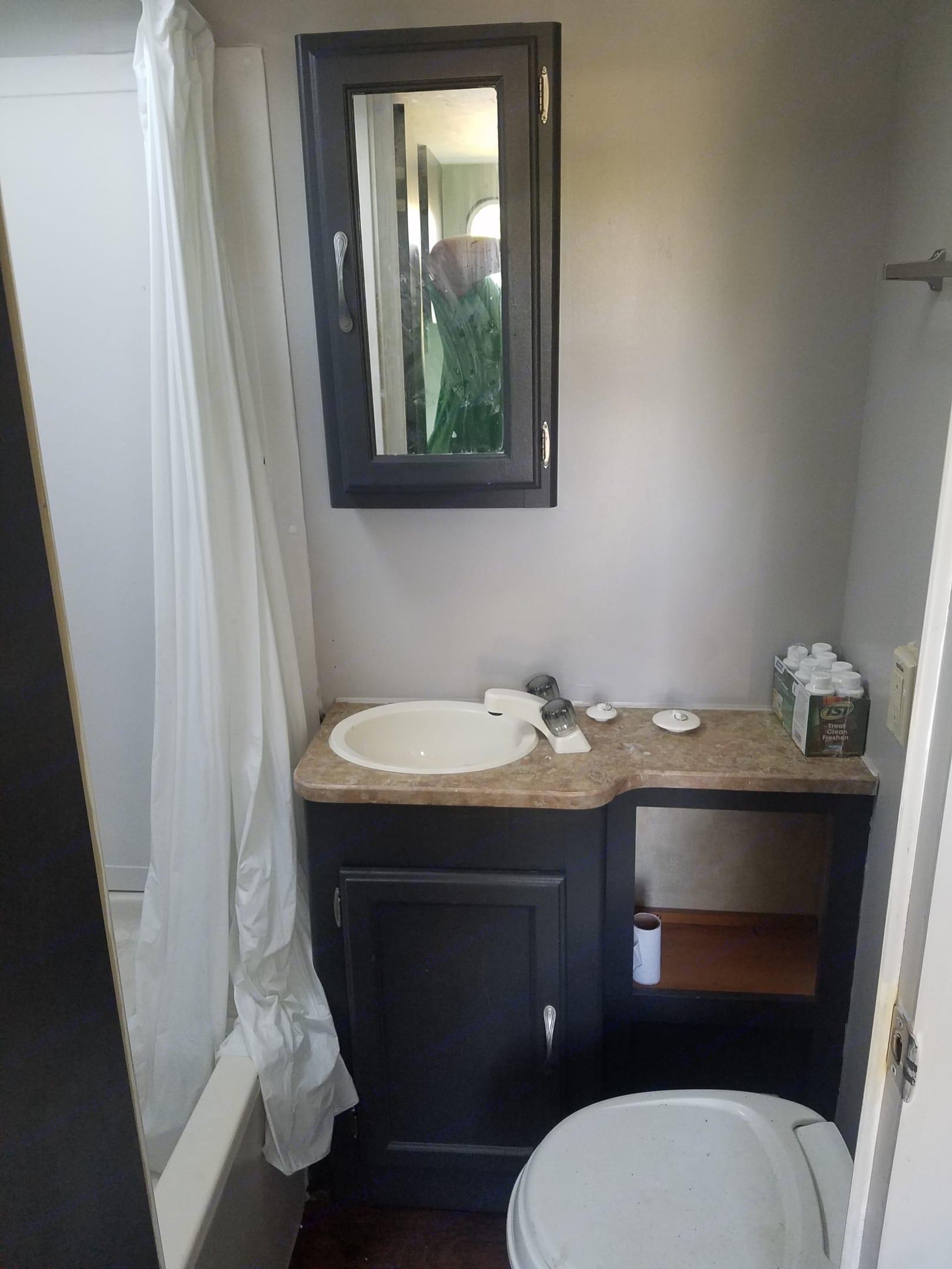 Bathroom. Dutchmen Kodiak 2008