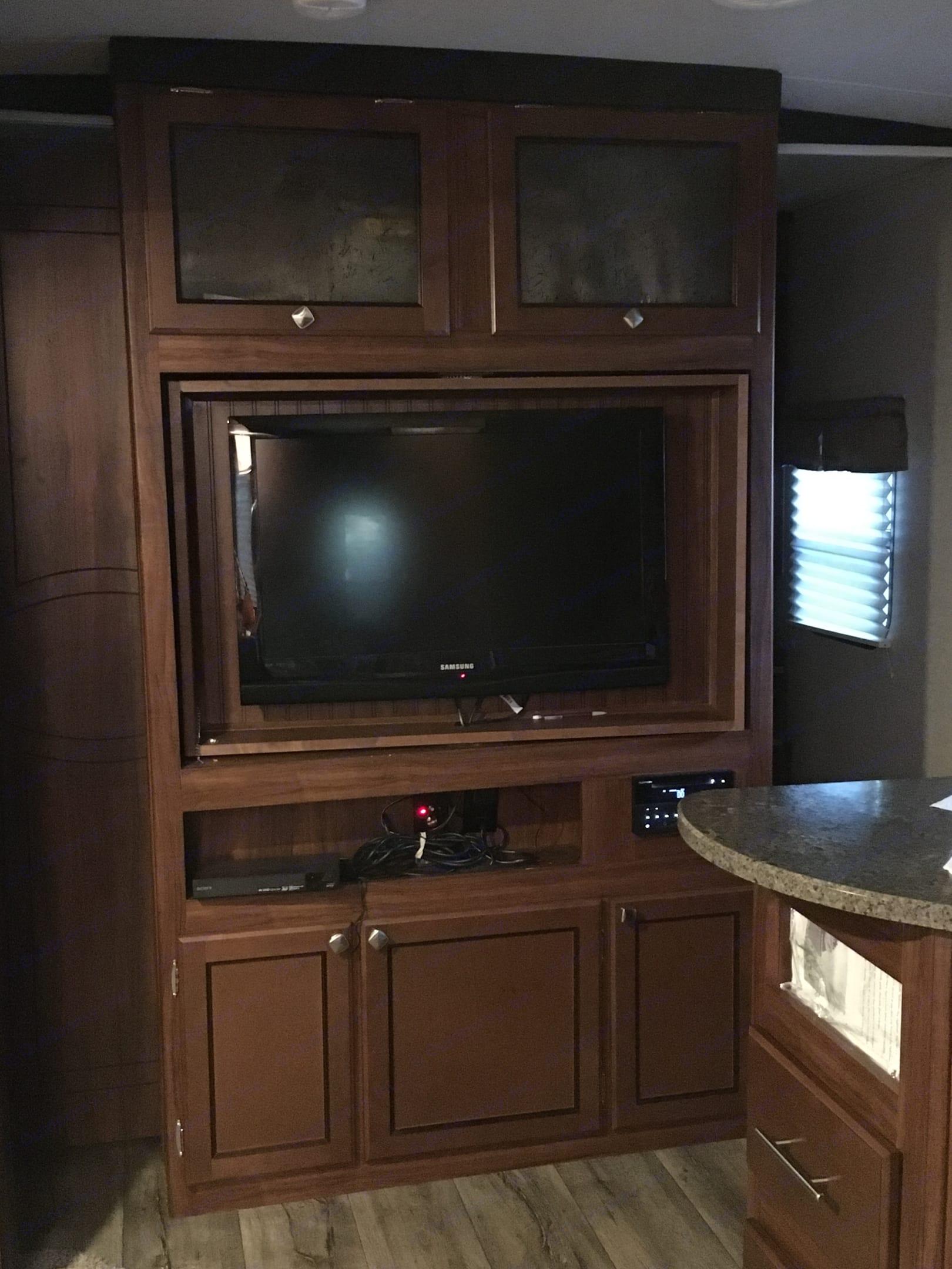 Entertainment System, Samsung Tv, DVD, Blueray, Bluetooth, stereo.. Heartland OtheMallard 2018