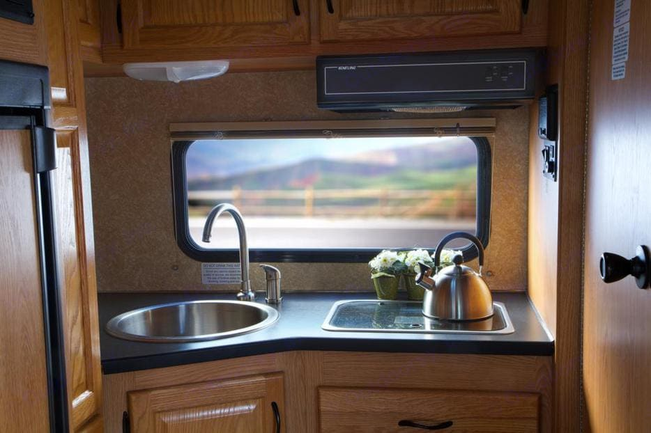 Full kitchen. Thor Motor Coach Four Winds Majestic 2012
