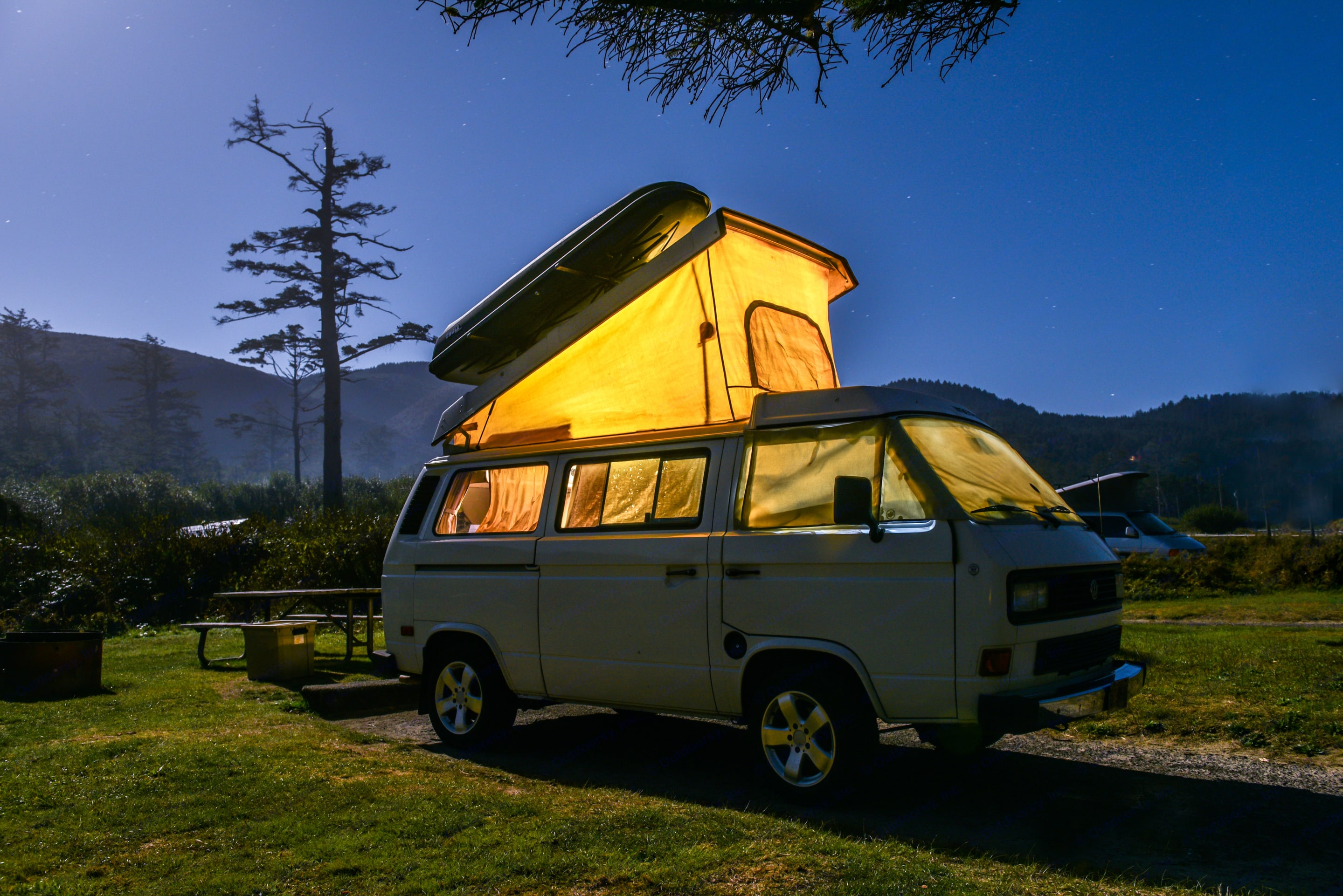 Pop the top for extra headroom and additional sleeping space.. Volkswagen Vanagon Weekender 1986