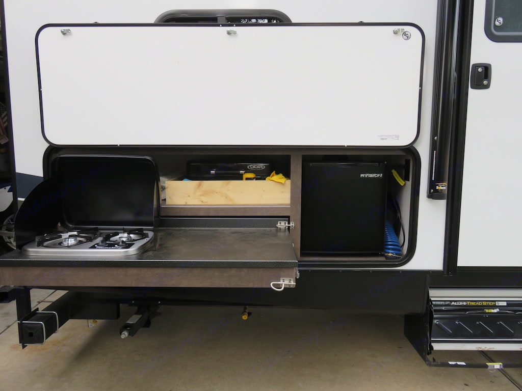 Grill, stove, and refrigerator.  Grill attaches to rear bumper.. Crossroads Sunset Trail 2018