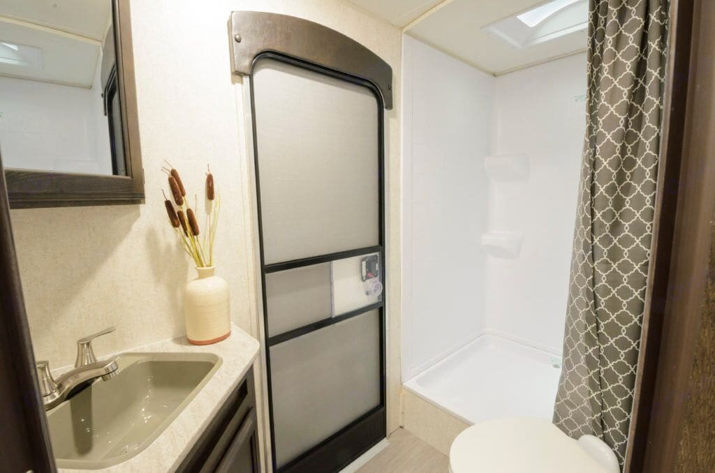 Bathroom with separate entry way door . Launch outfitter 27bhu 2018
