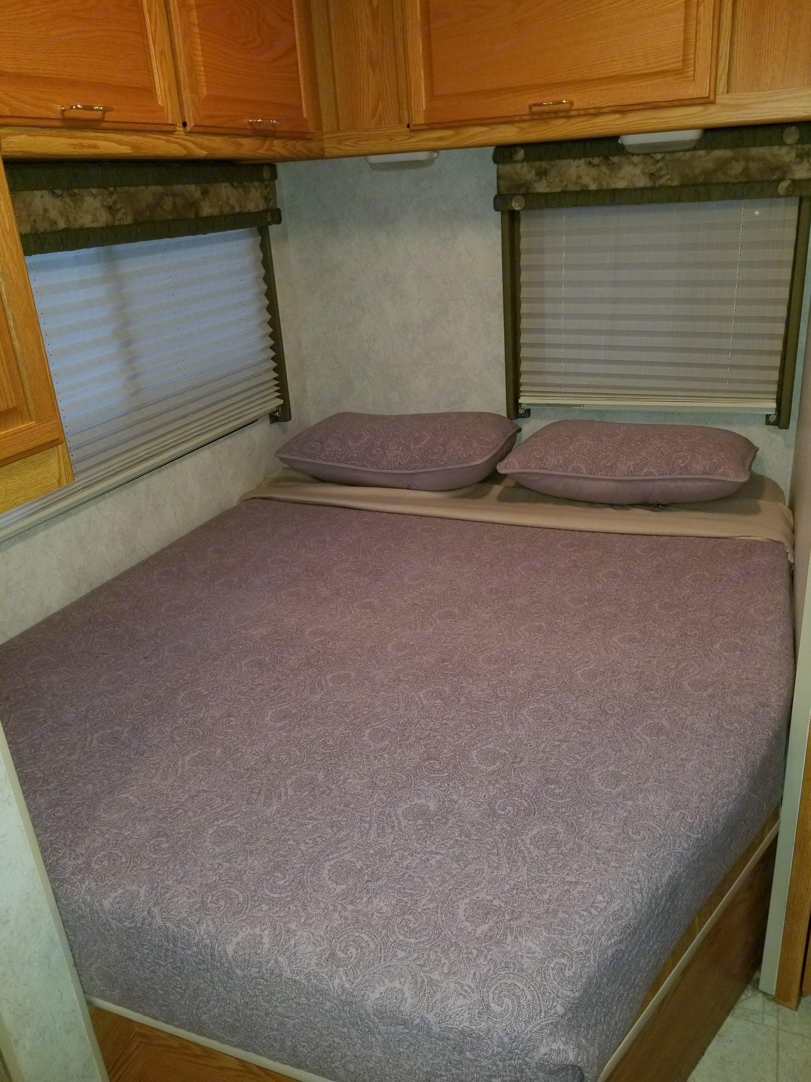 Queen bed. Winnebago Minnie Winnie 2004