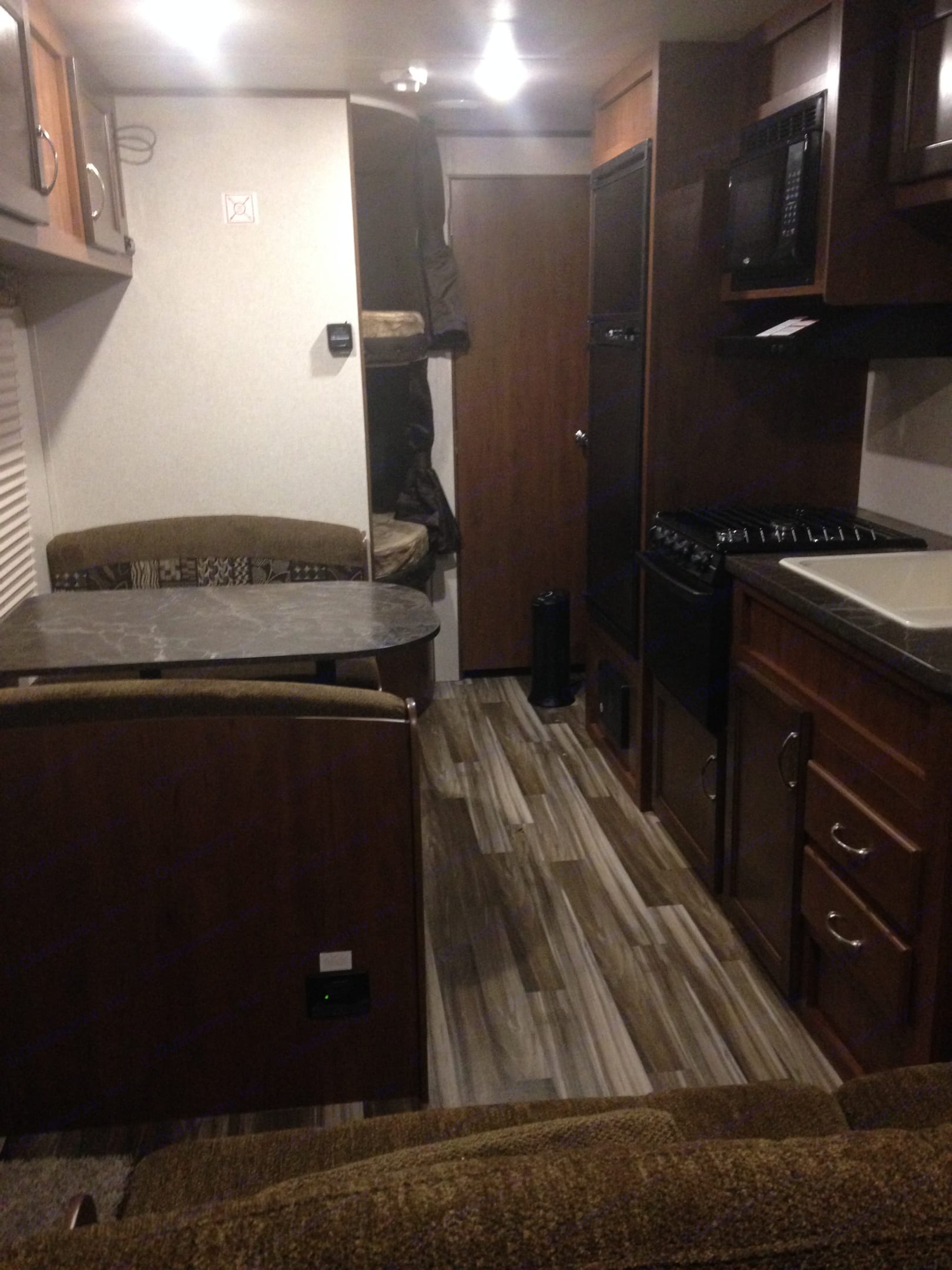 The earth tones throughout make for a peaceful space.. Jayco Jay Flight SLX 2017