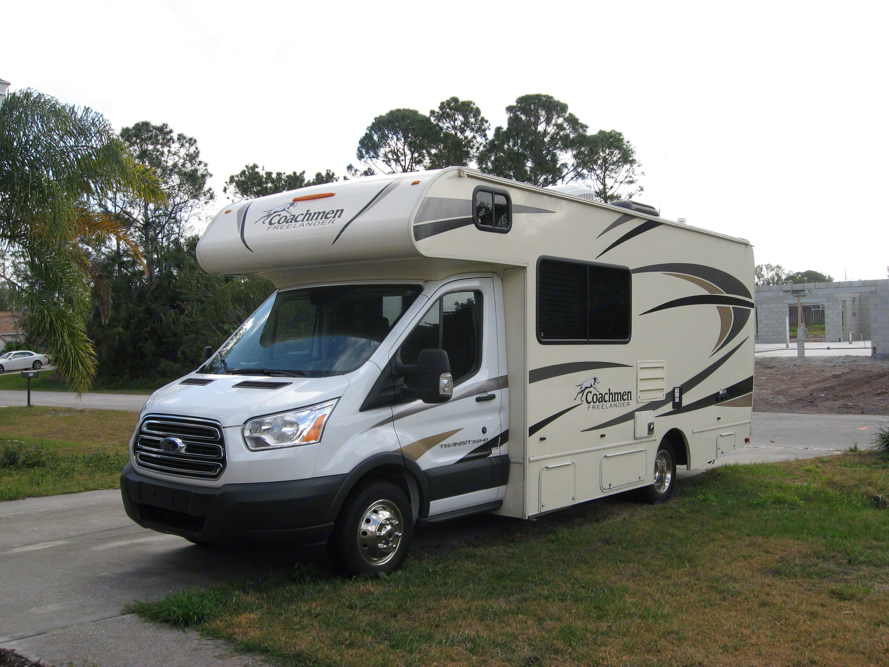 Here's a sporty RV that will accommodate a family for fun in the great outdoors or a couple for a quiet weekend away.. Coachmen Freelander 2017