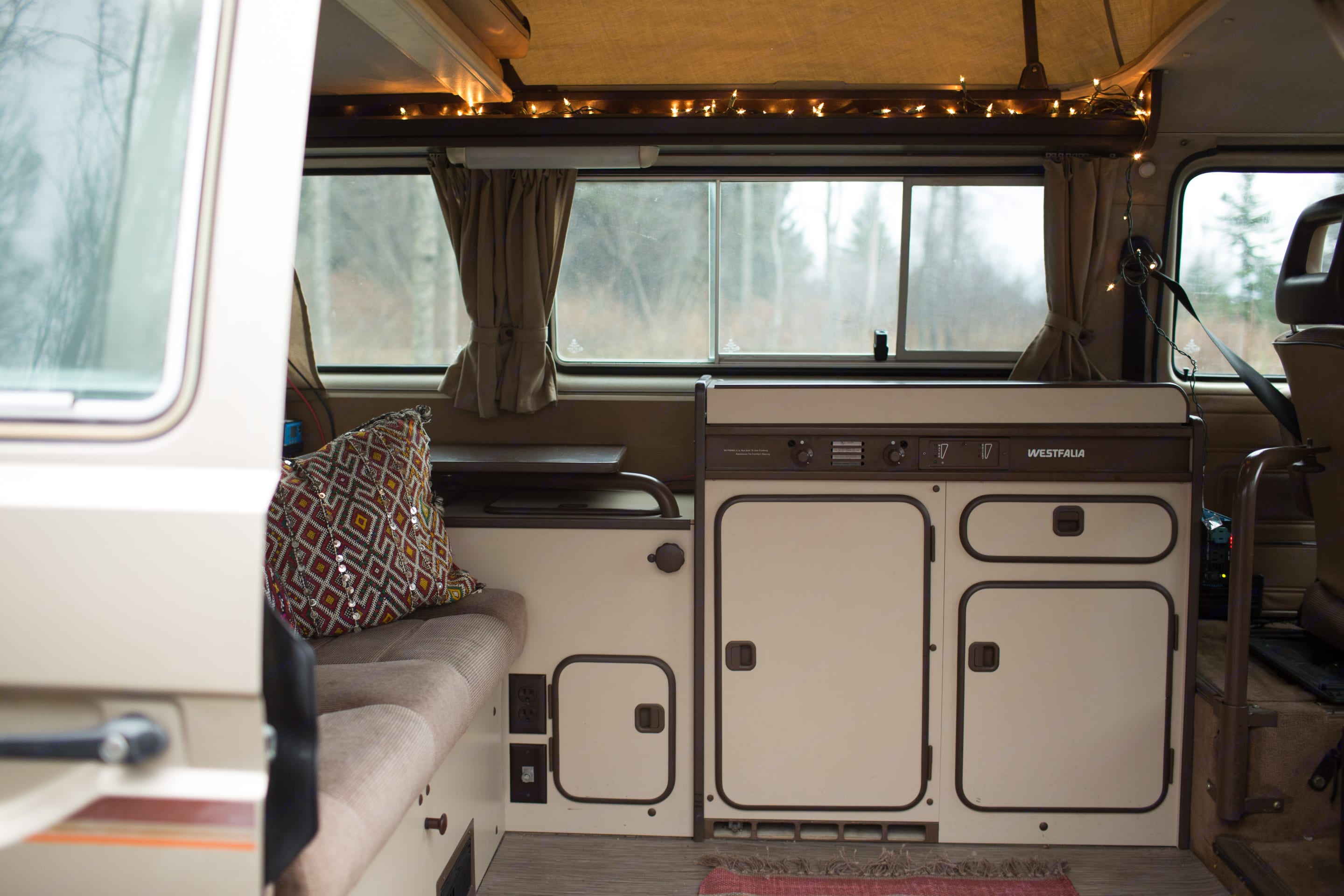 Slide open the side door for fun! Poly has a fully functioning gas stove, sink, and refrigerator.. Volkswagen Synchro 1986