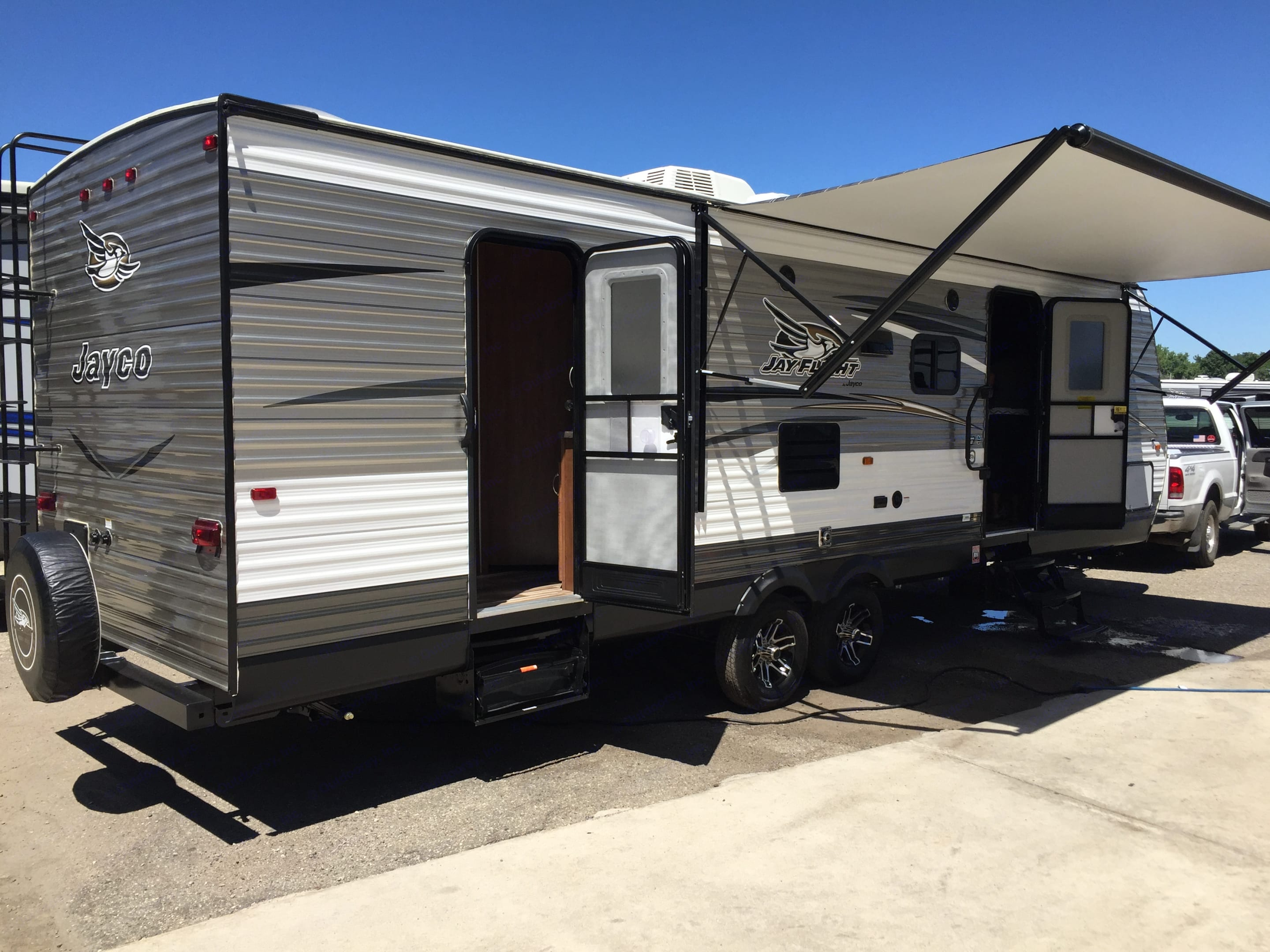 Gorgeous, spacious, comfortable glamping-mobile . Jayco Jay Flight 28BHBE 2017