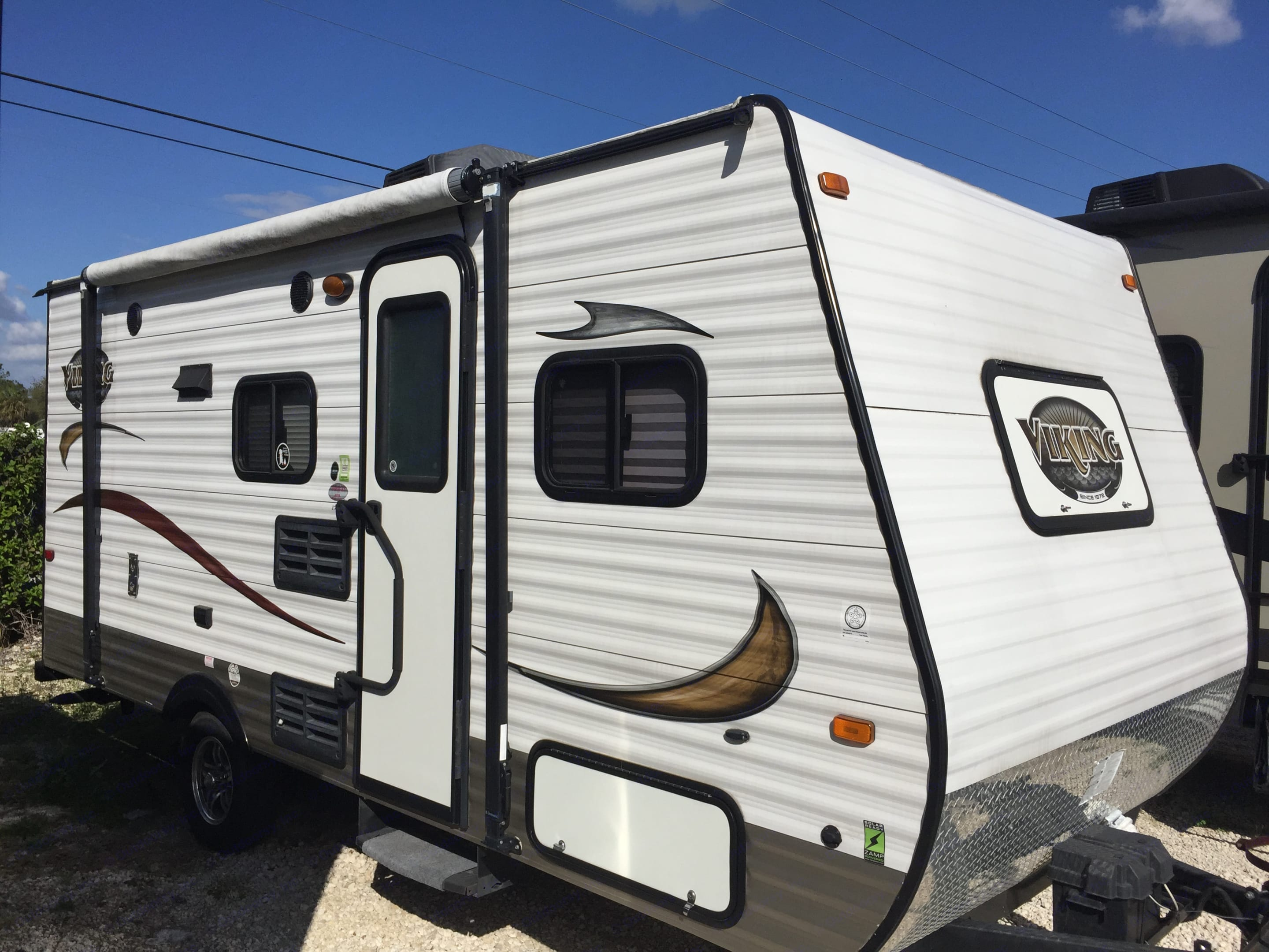 Looks like new! 2015, Viking 17BH Travel Trailer. 17 ft long with 3 ft tongue hitch! 20 ft total from back to front ball hitch!. Coachmen Viking 2015