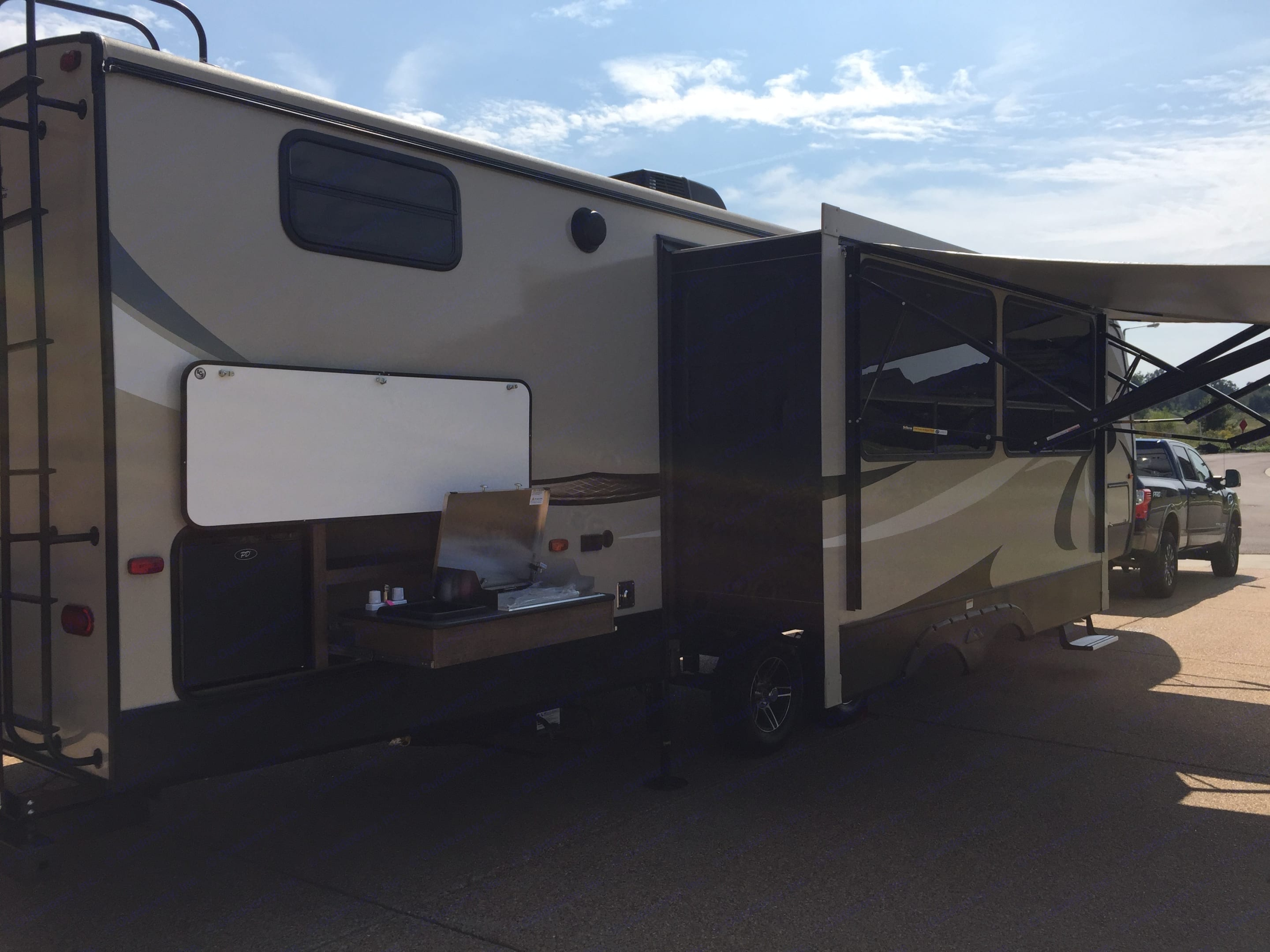 Exterior kitchen with fridge and a gas grill. Keystone Cougar Half-Ton 2018
