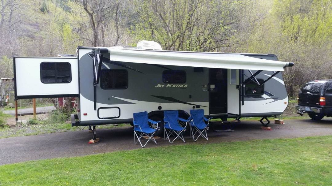 Plenty of room for your whole family, a couple friends and your 4 legged besties!. Jayco Jay Feather 2016