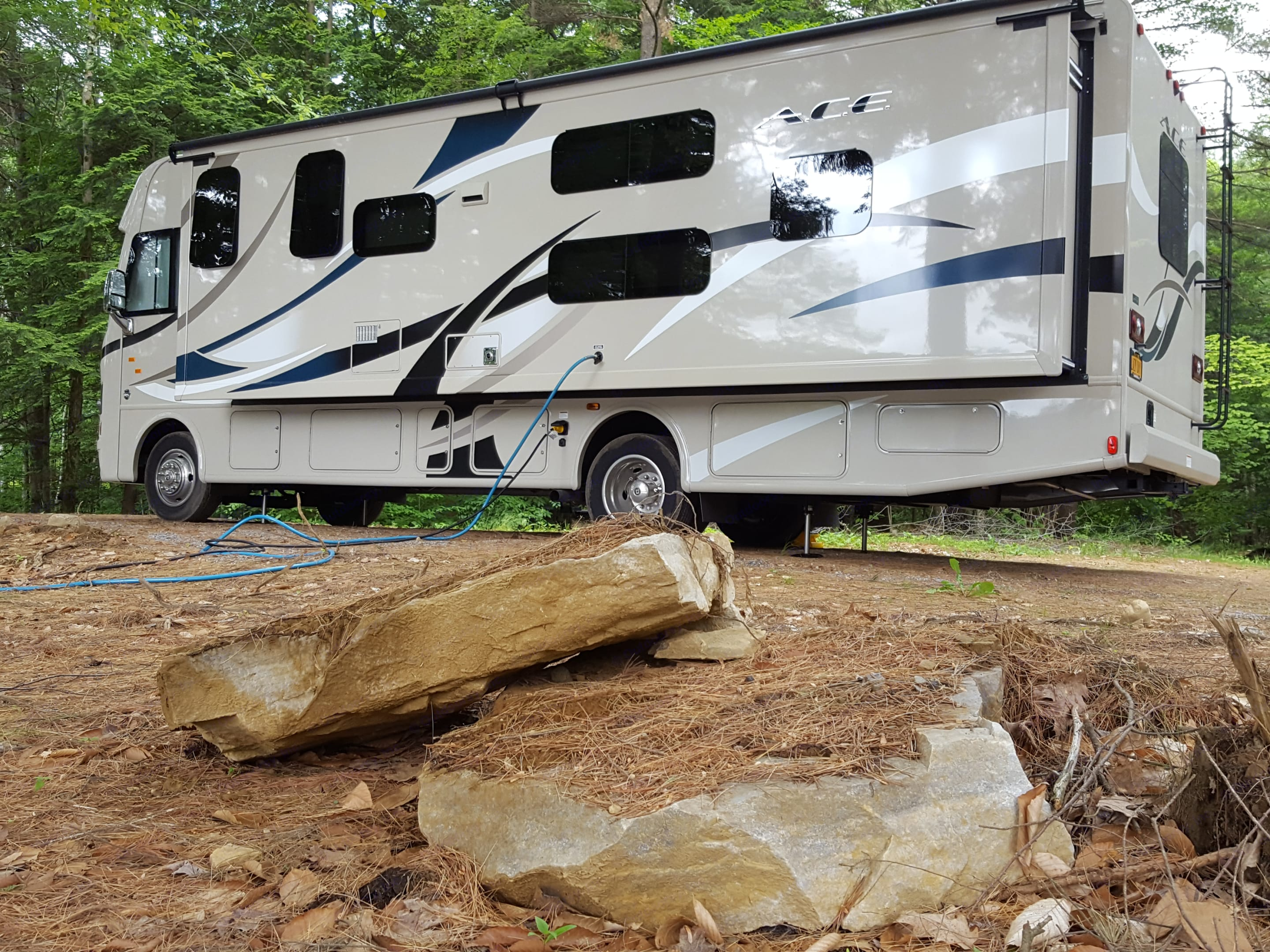 Very easy set up!!! •30-amp Detachable Shoreline Power Cord •Onan® RV QG 4000 Gas Generator •Automatic Leveling Jacks with Touchpad Controls •Black Water Tank Flush •Enclosed Holding Tanks with Heat Pads •Ford® F-53 Chassis •HD-MAX® Exterior with Graphics Package . Thor Motor Coach A.C.E 2017