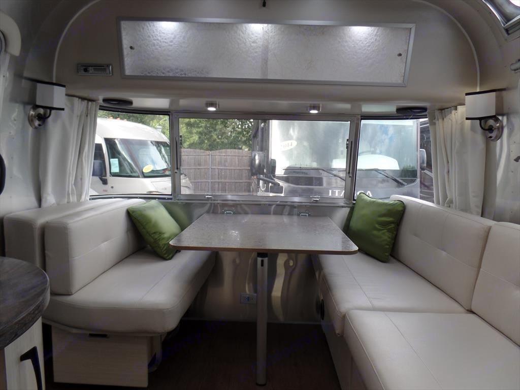 Dinette. Airstream Serenity 2018