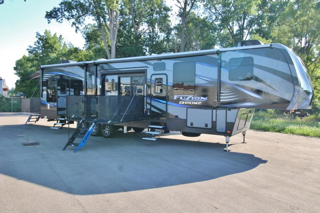fuzion 420 bunkhouse + king bed 2016