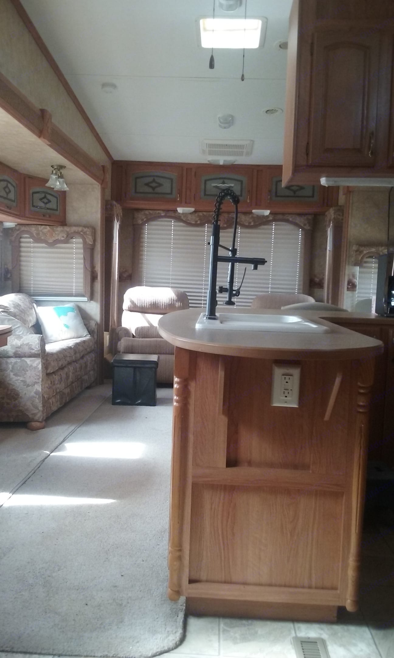 Opposing slides in the living area provide extra floor space.. Jayco Eagle 2007