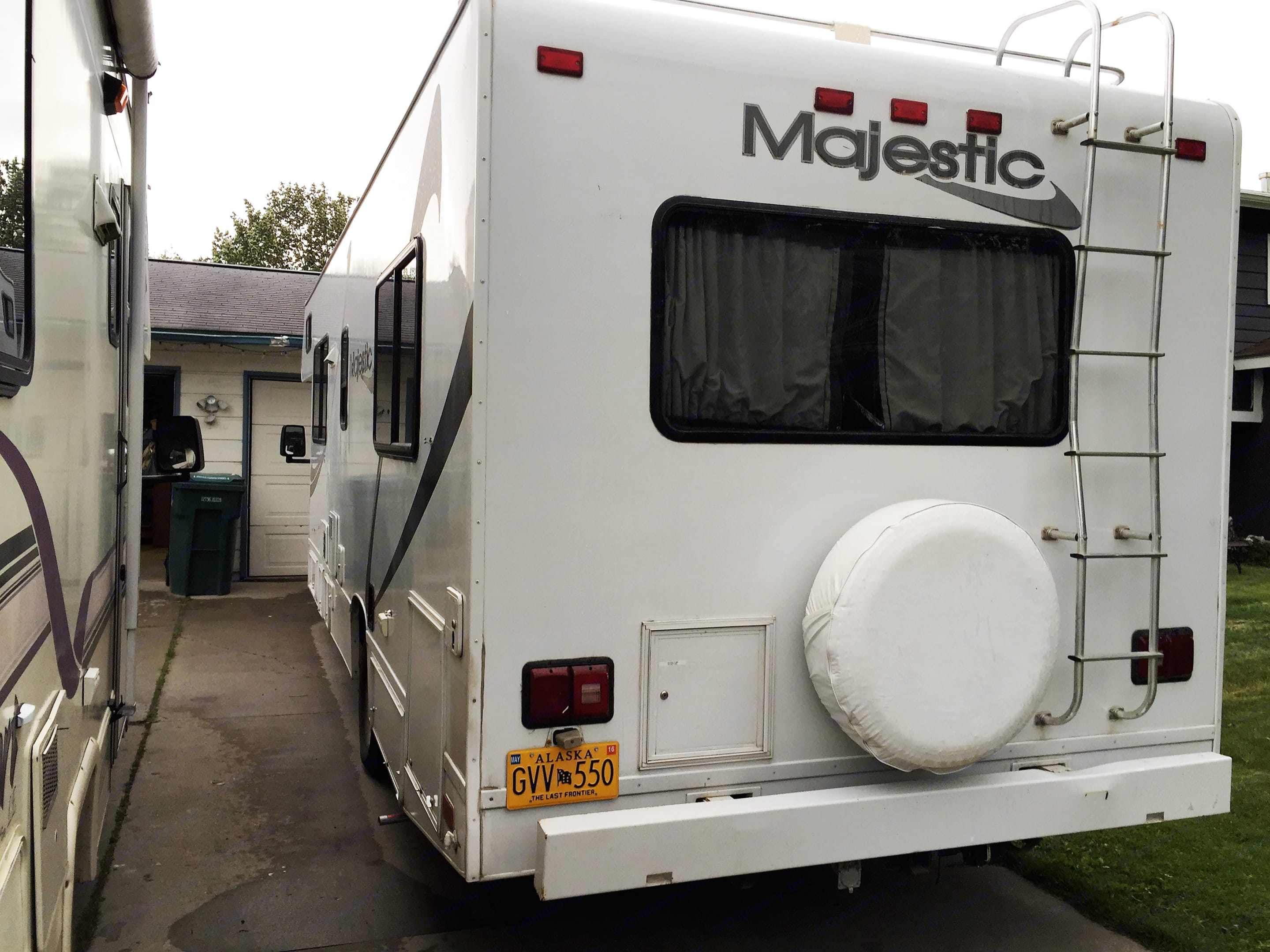 Exterior Rear Driver Side. Thor Motor Coach Four Winds Majestic 2002