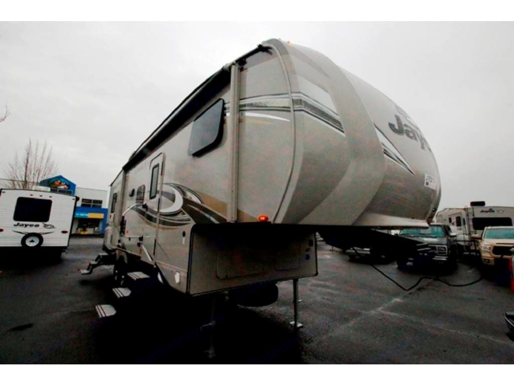 Has Slide kingpin hitch for short bed trucks. Jayco Eagle 2016