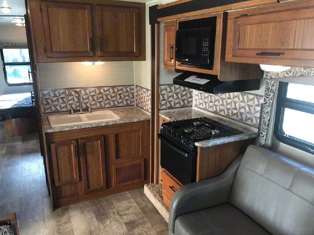 Beautiful and nicely equipped kitchen. . Jayco Redhawk 2017