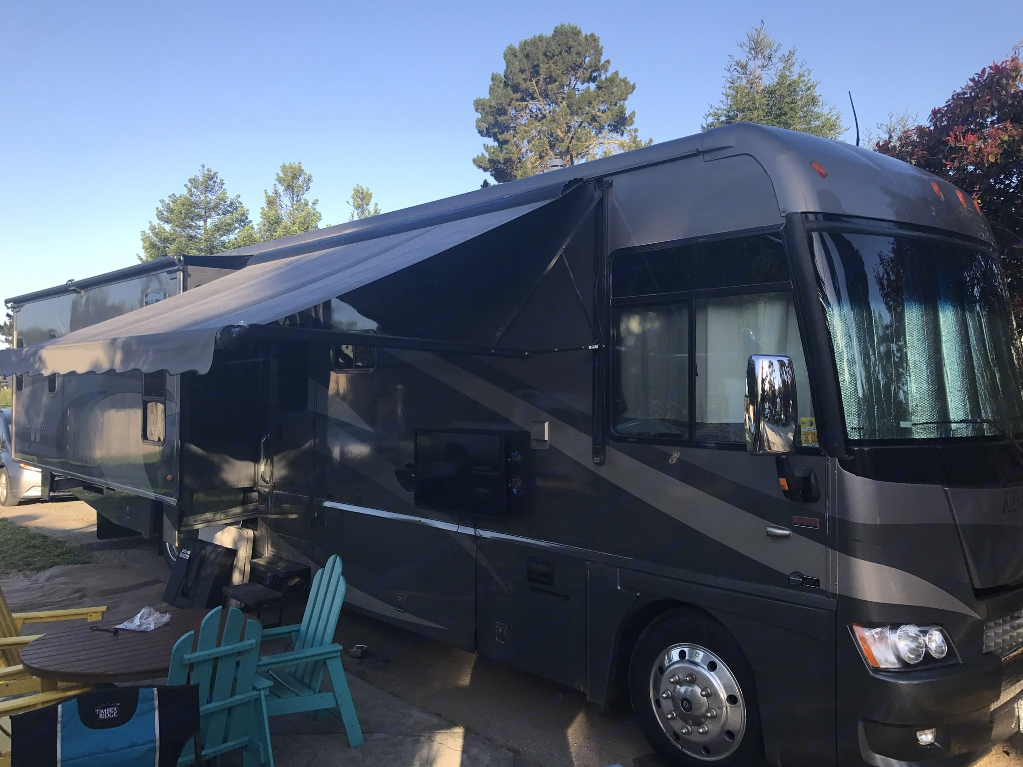 Ready for camping, spacious accommodations, updated electronics.. Winnebago Adventurer 2008
