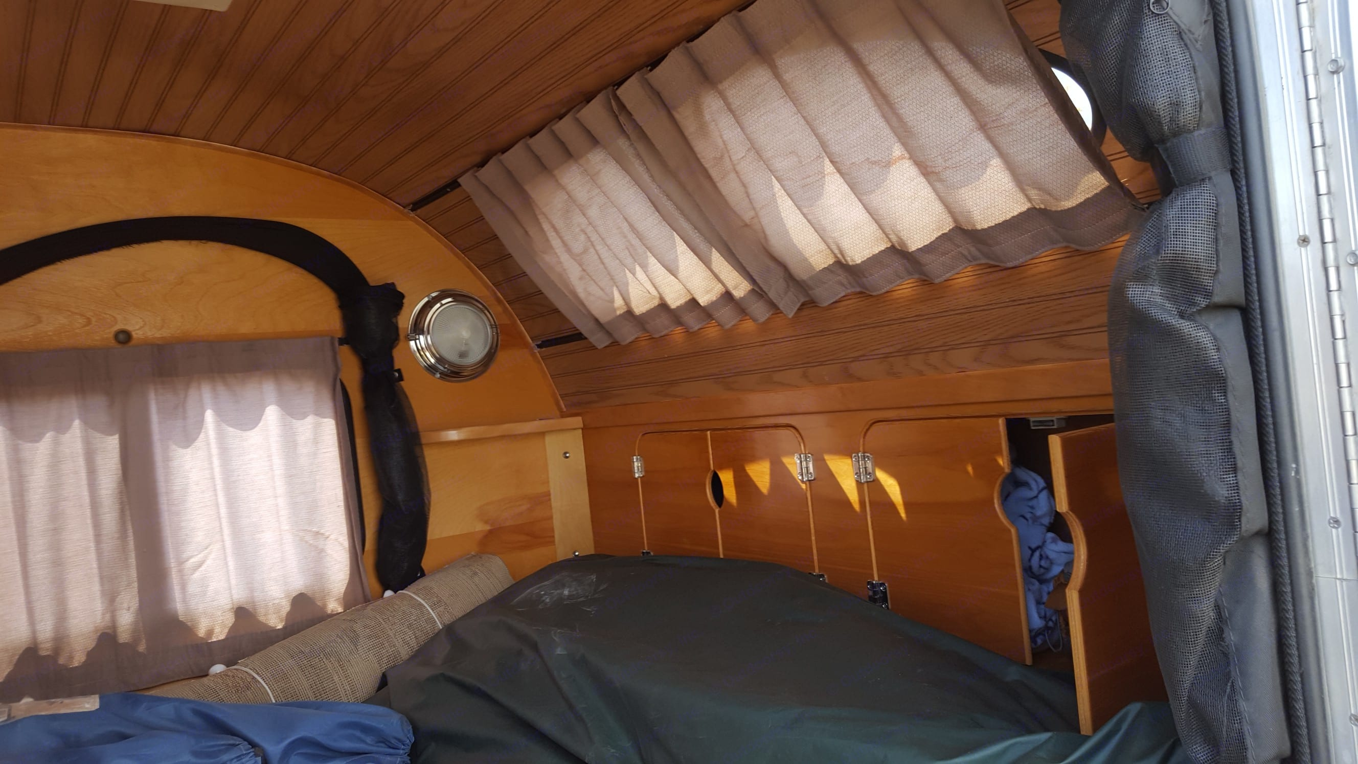 Simple pic of the storage at the head of the bed. Camp-Inn 550 Teardrop 2006