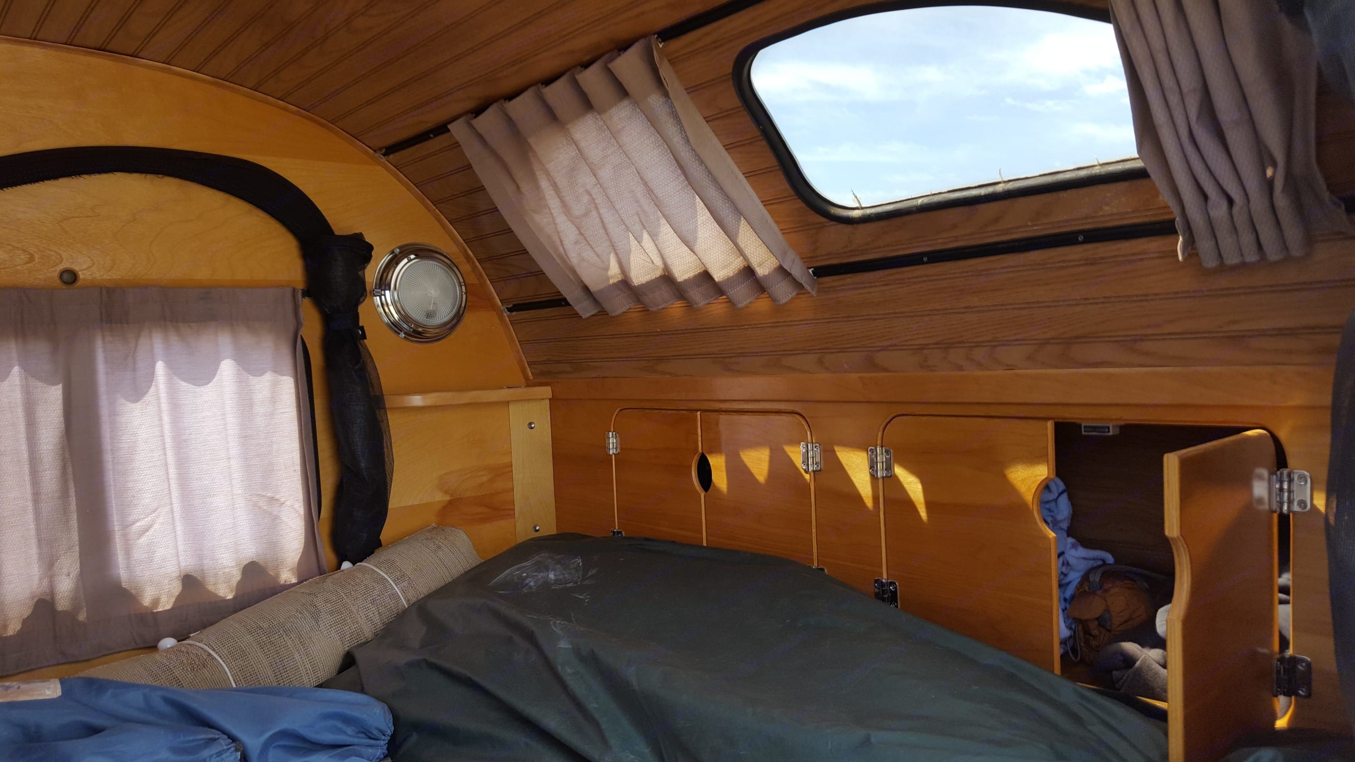 This window is great for view the night sky while going to sleep. Camp-Inn 550 Teardrop 2006