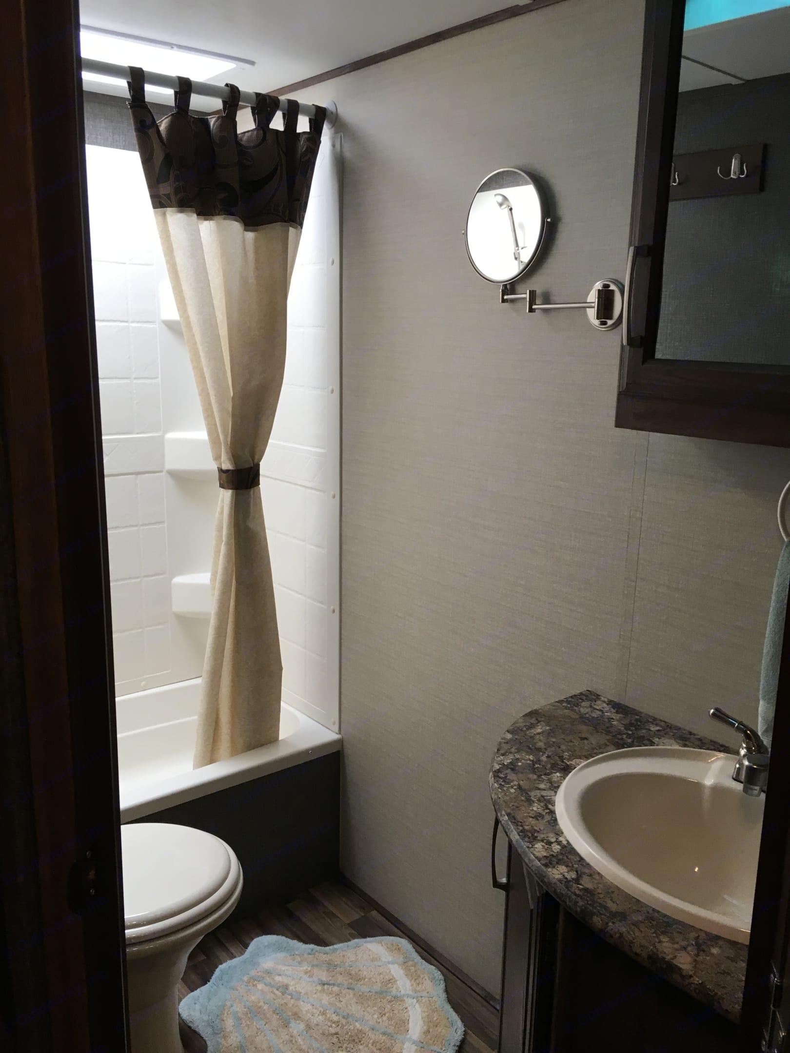 Bathroom. Keystone Cougar 2016