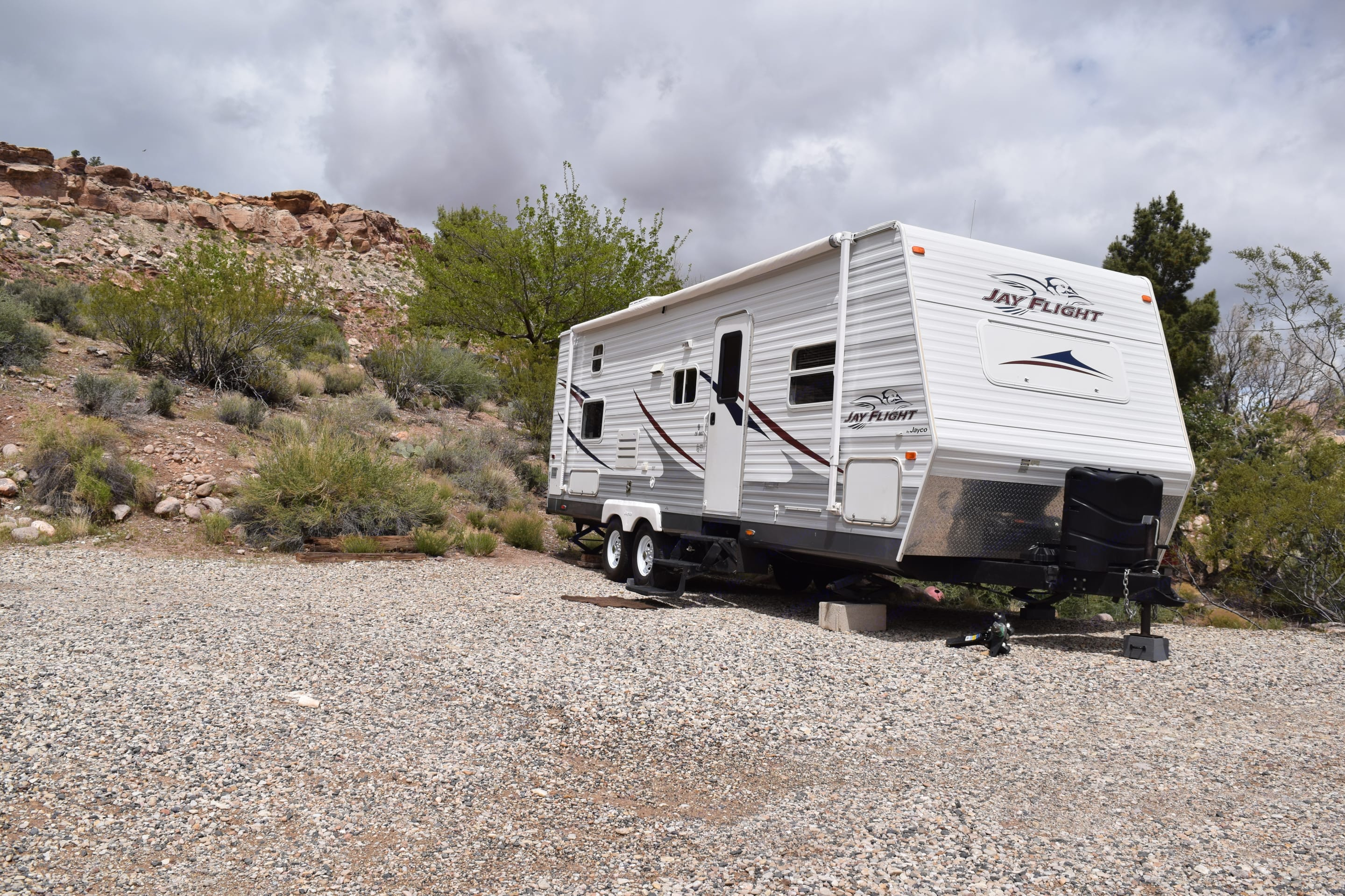 This 26 foot trailer is the perfect size for a family or group. Because it's only 26 feet it's easy to maneuver when traveling but still gives plenty of room for comfort when moving around inside and sleeps 6 adults comfortably or 8 kids. . Jayco Jay Flight 2006