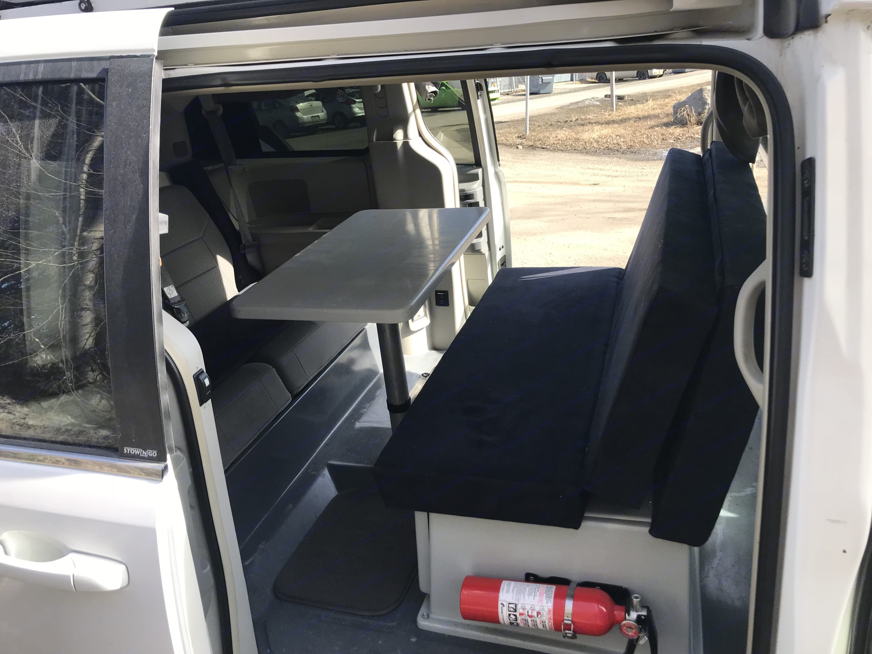 Table and seats. chrysler Town/Country Jucy Conversion 2010