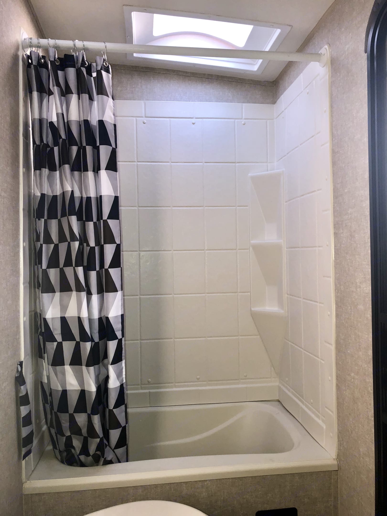 Shower/tub. Forest River Vibe 2017