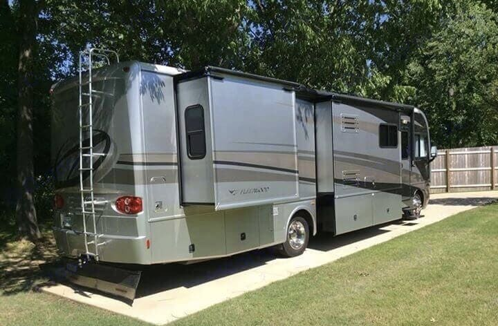 Lots of room for families. 3 slide outs. Fleetwood Pace Arrow 2006