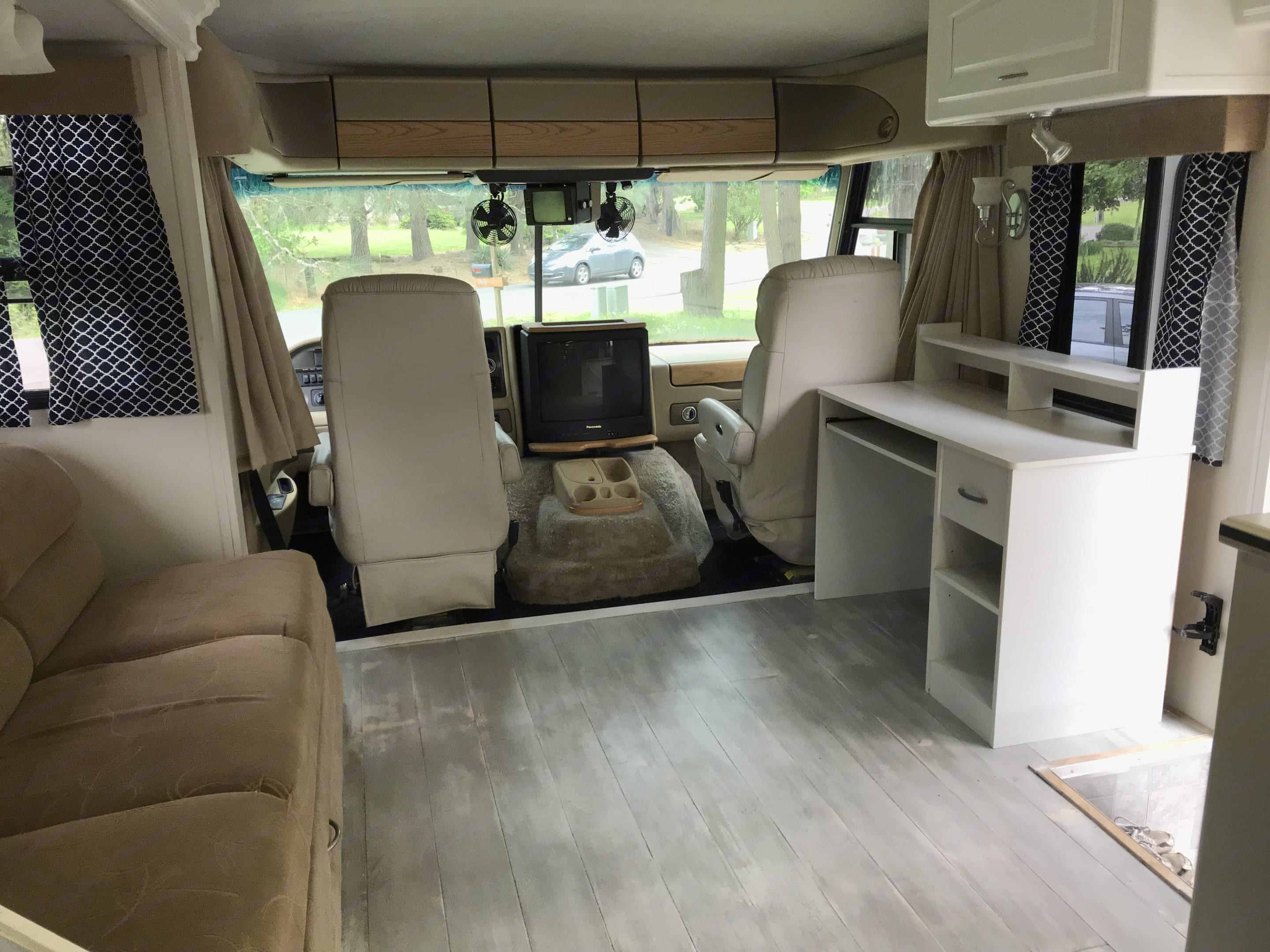 Living room with writing desk.. Fleetwood Pace Arrow 2000