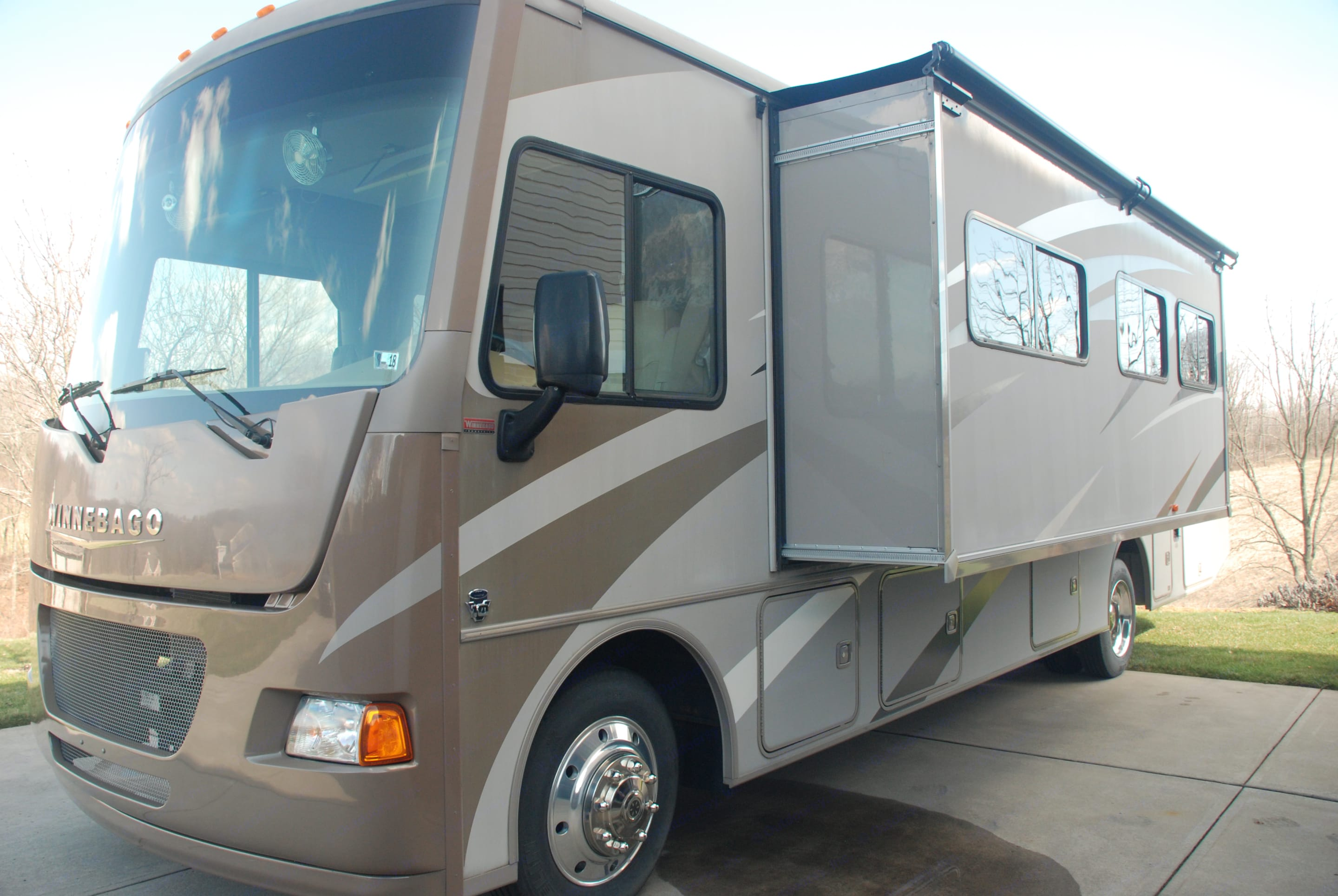 Drivers side slide out containing dinette and sofa. Winnebago Vista 2014