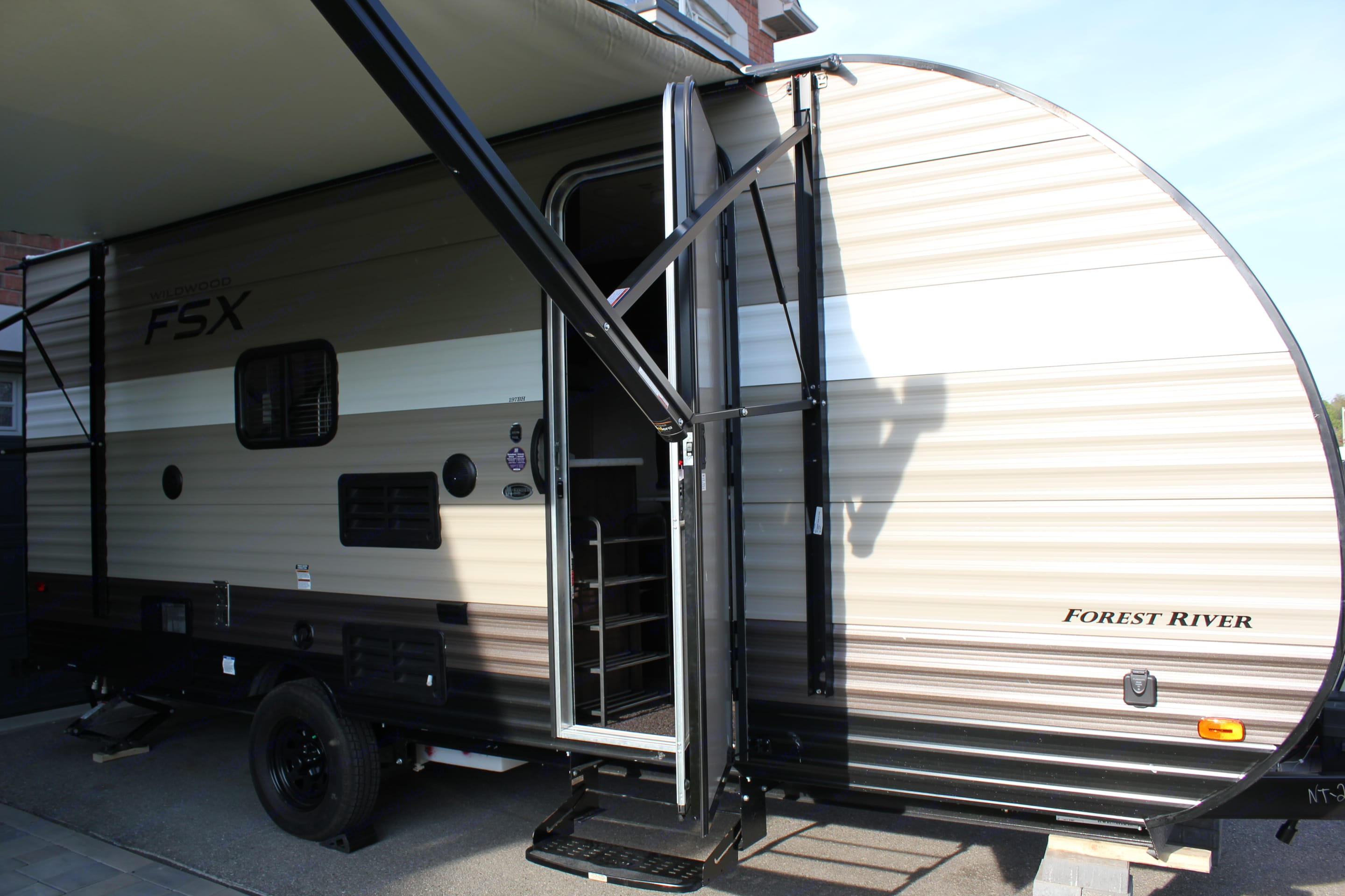 At 22' and 2991 lbs, this trailer can be towed with a minivan if adequately equipped. The awning opens to 8ft for nice coverage and a comfortable place to relax under.   Exterior speakers means you can eat, relax and listen to your favorite tunes from AM/FM radio or connect  your phone with Bluetooth.. Forest River Wildwood 2018