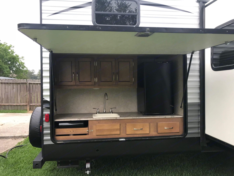 Outdoor kitchen. Coachmen Catalina 2018