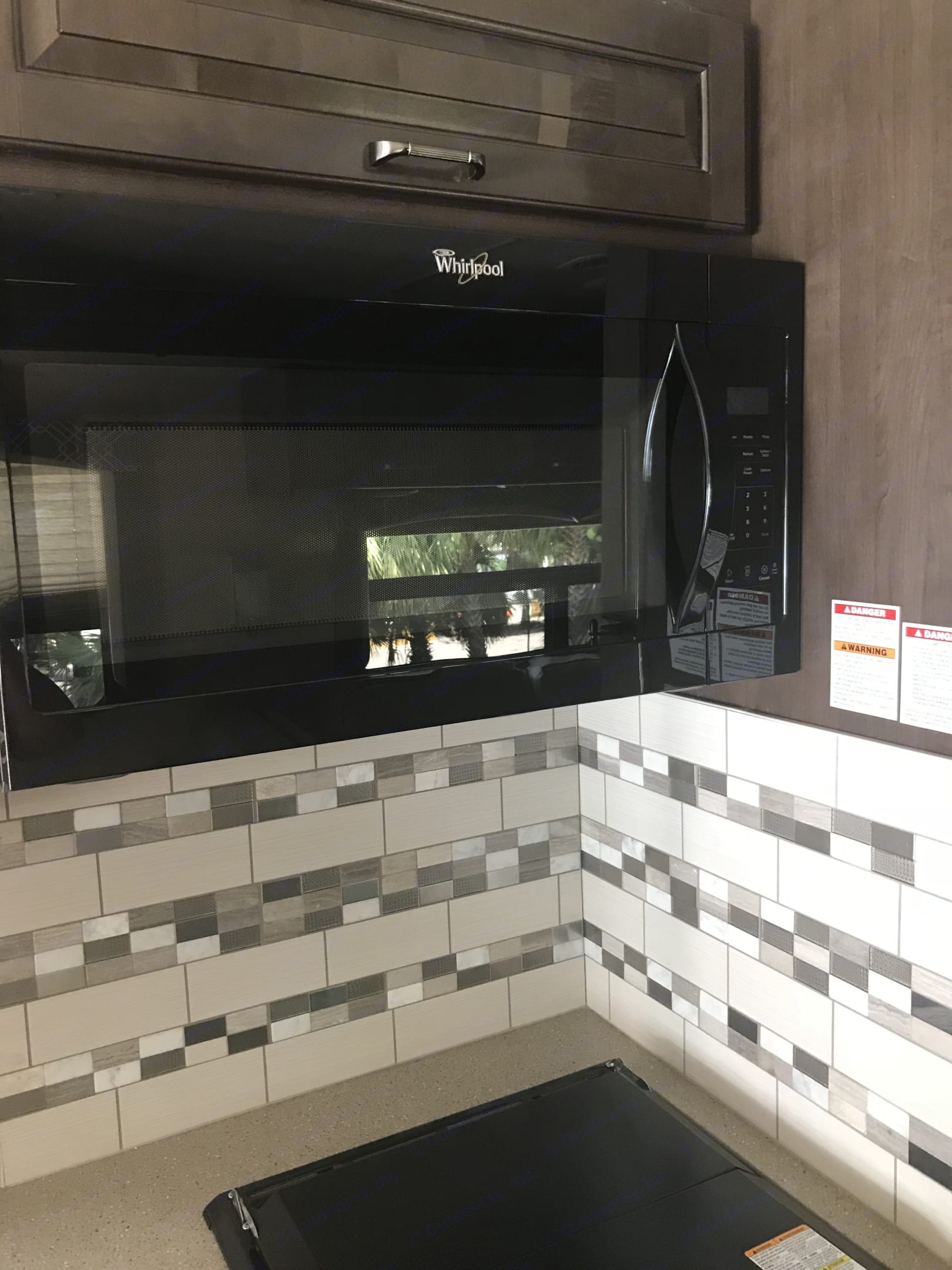this this a microwave and behind is the oven . Thor Motor Coach 34 F Hurricane 2017