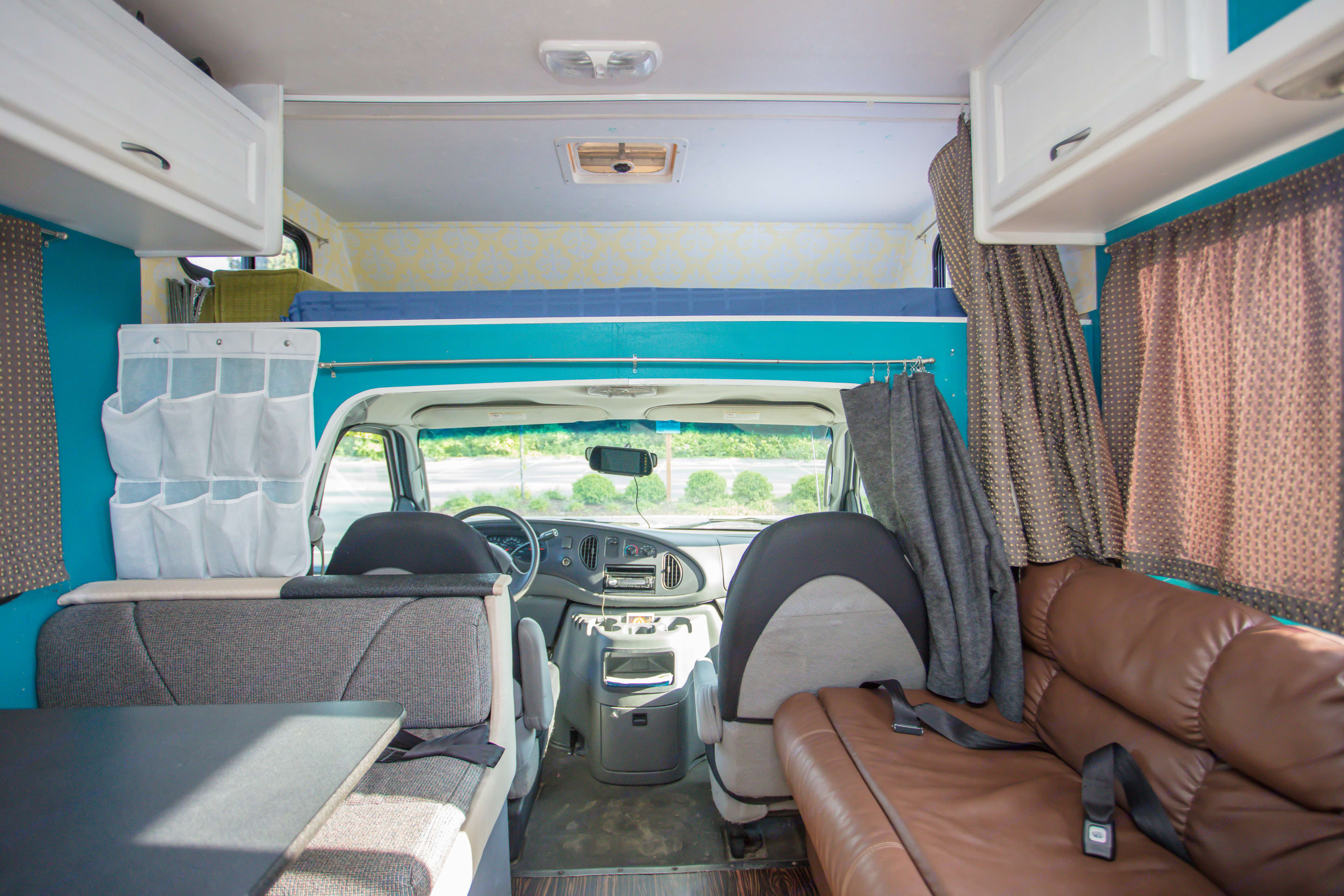 Dinette and Sofa . Thor Motor Coach Four Winds Majestic 2007